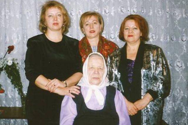 Дочери Мария, Любовь и Надежда в последний раз в гостях у своей мамы. Омск, 1999 год.