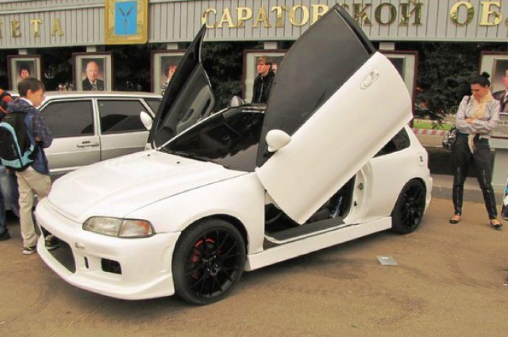 Автомобиль «Honda Civic» представитель класса : шоу кары. Модификации исключительно внешние: спортивные обвесы, изготовленные вручную, заменен стандартный капот на пластиковый, установлены ламбо-петли для дверей и диодовая подсветка колес.