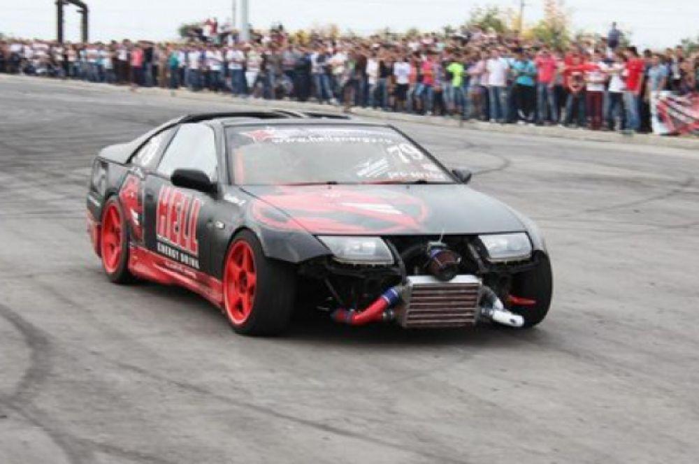 Автомобиль «Nissan 300 ZX». Автомобиль подготовлен исключительно для участия в соревнованиях по дрифту. Видоизменен как внешне, за счет спортивных обвесов, так и внутренне: двигатель, КПП, ходовая часть. Постоянный участник всероссийских соревнований.