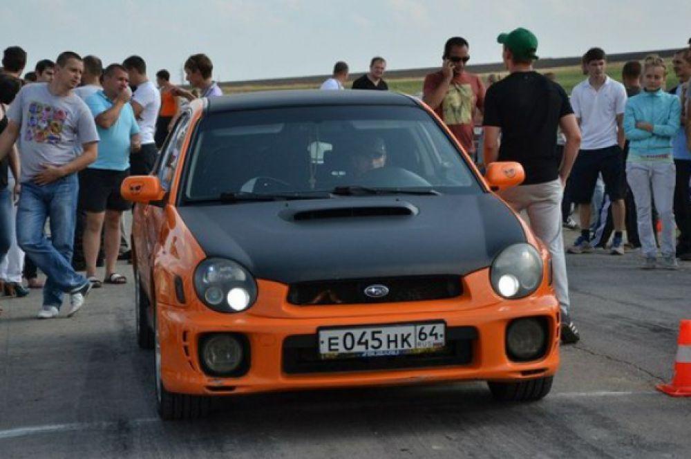 На автомобиле «Subaru Impreza» установлены дополнительные спортивные обвесы. Высококачественная виниловая пленка дает эксклюзивный цвет автомобиля.