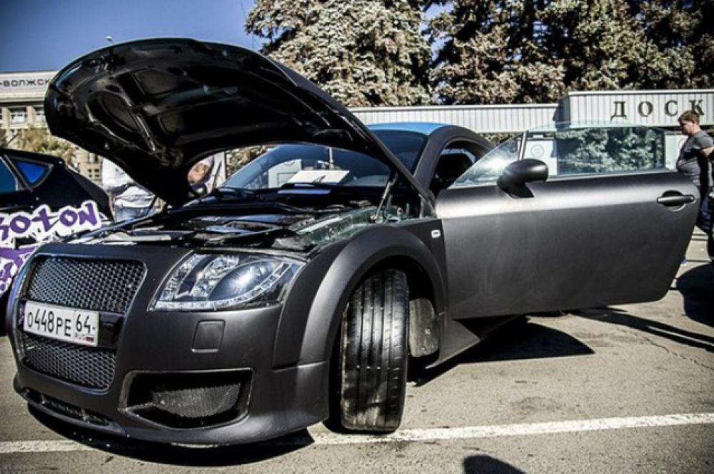 Автомобиль «Audi TT». Типичный представитель класса: шоу кары. Модификаций и переделок огромное количество. Усовершенствован двигатель, салон и внешность авто. Эксклюзивный спортивный обвес ручной работы. Покрыт резиновым покрытием «Plasti Dip». Очень многие элементы заменены на настоящий и очень качественный Carbon. Автомобиль также подготовлен для участия в соревнованиях по автозвуку.