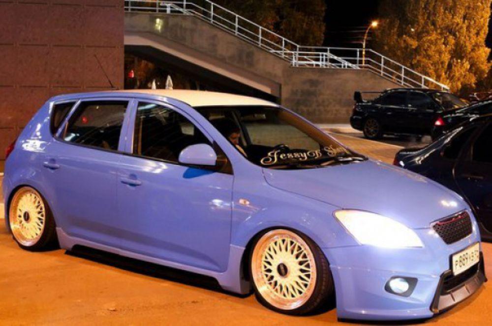 Автомобиль «Kia Ceed» представитель класса шоу кары. Модифицирована практически вся внешность: установлены эксклюзивные спортивные обвесы, покрашен в небесно-голубой цвет, стоит пневма-подвеска. Модификаций по двигателю нет.