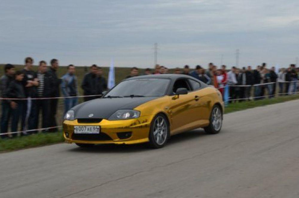 Автомобиль «Hyundai Coupe», модификация «Tiburon». Объем двигателя 2.0 литра. Сделан небольшой уклон на автозвук, а именно на дизайн исполнения и качество проигрывания. Обтянут элитной пленкой: золотой хром.