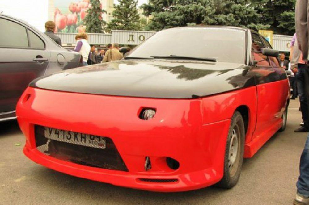 Автомобиль «ВАЗ2110» с установленными эксклюзивными спортивными обвесами и необычной покраской в красно-черный цвет.