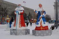 Дед Мороз и Снегурочка на площади Советов.