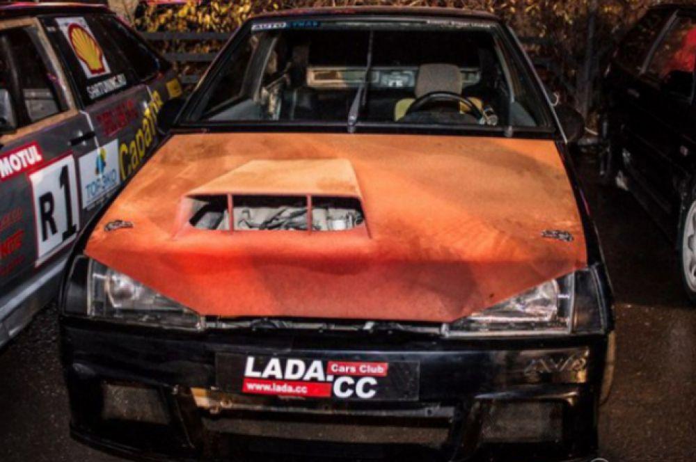 Автомобиль «ВАЗ 2108» постоянный участник соревнований по дрэг-рейсингу. Видоизменен внешне за счет спортивных обвесов, также заменен капот двигатель, КПП и сверху покрыт ярким бархатом. Автомобиль максимально облегчен для соревнований.