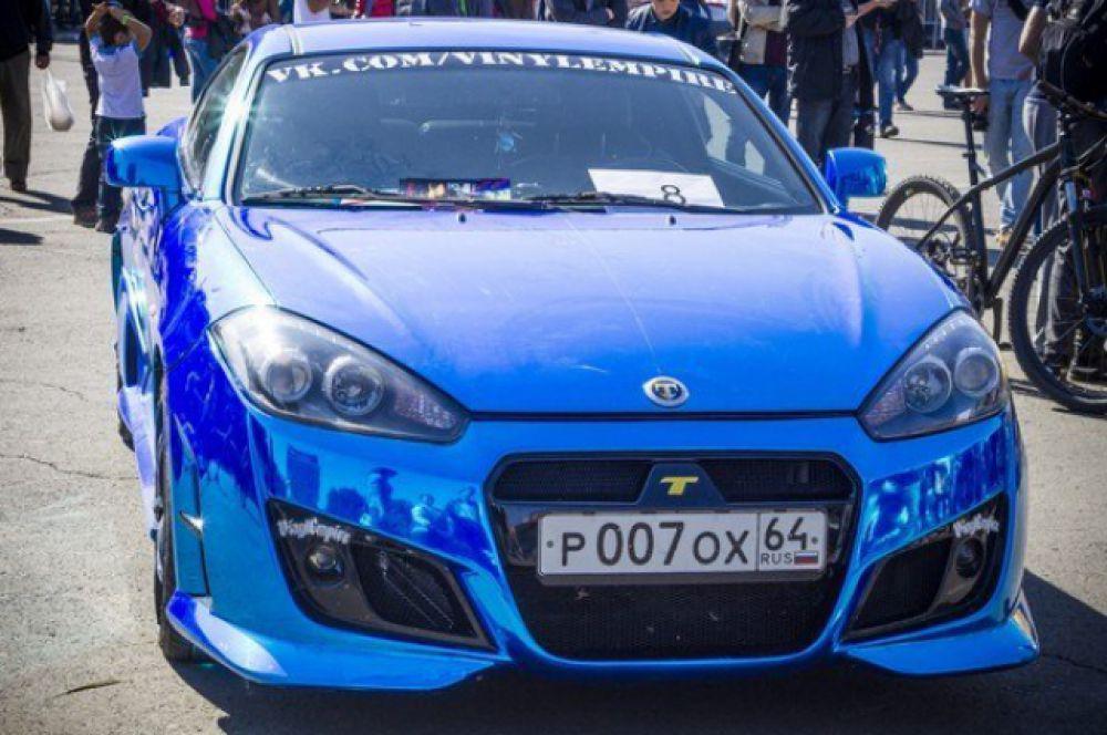 Автомобиль «Hyundai Coupe», модификация «Tuscani». Автомобиль типичный представитель класса: шоу кары. На машине установлен эксклюзивный спортивный обвес, покрыт элитной пленкой: синий хром. Также подготовлен для участия в соревнованиях по автозвуку. По двигателю модификаций нет.
