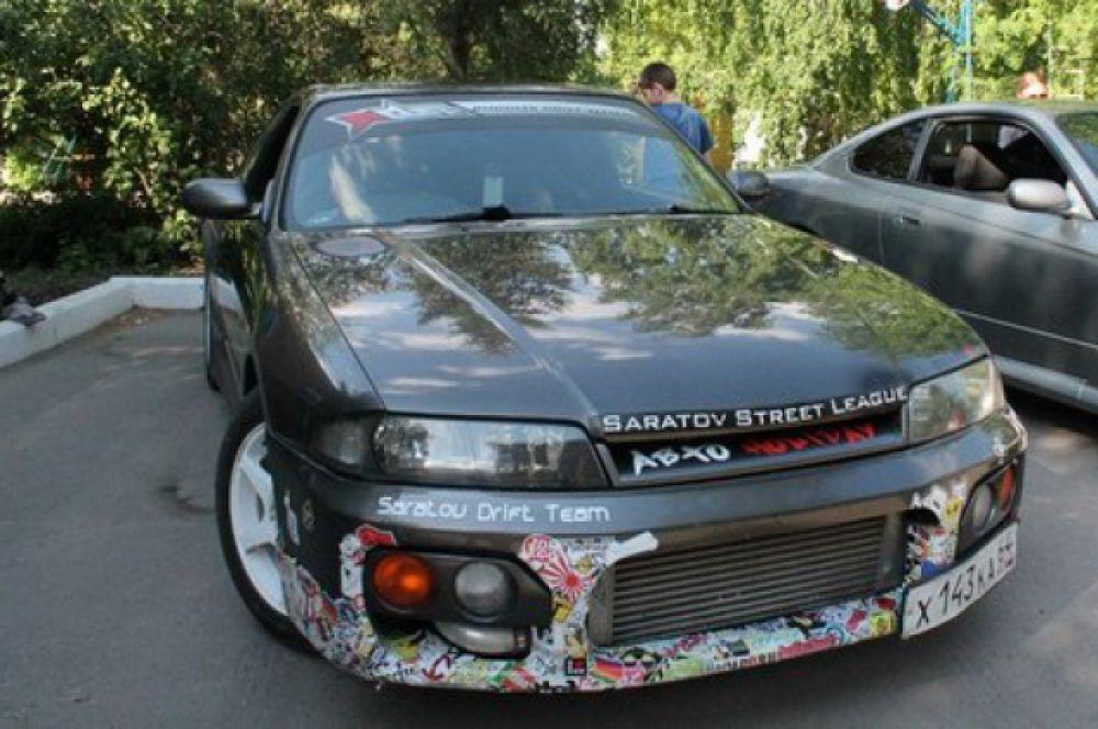 Автомобиль «Nissan Skyline R33» подготовлен для участия в соревнованиях по дрифту. У машины модифицирован двигатель, КПП, ходовая часть, установлены дополнительные спортивные обвесы.  Плюс необычная покраска: серый металлик с блестками. Постоянный участник региональных соревнований.