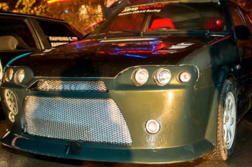 Автомобиль «ВАЗ 2113» представитель класса шоу кары. Полностью изменен внешне: установлены эксклюзивный спортивный обвес, изготовленный вручную, заменены капот и крышка багажника. В настоящее время имеет яркий насыщенный цвет за счет высококачественной виниловой пленки KPMF. Также автомобиль переделан по двигателю, КПП, ходовой части. Постоянный участник всех региональных соревнований по дрэг-рейсингу.