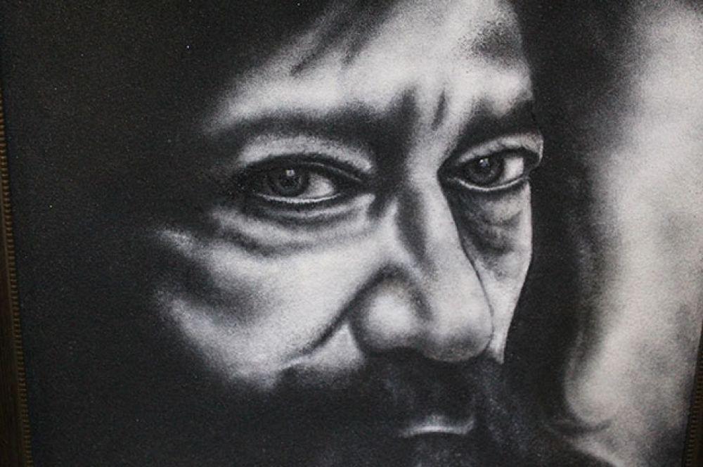 Единственная чёрно-белая картина на выставке – портрет галериста Олега Радина.