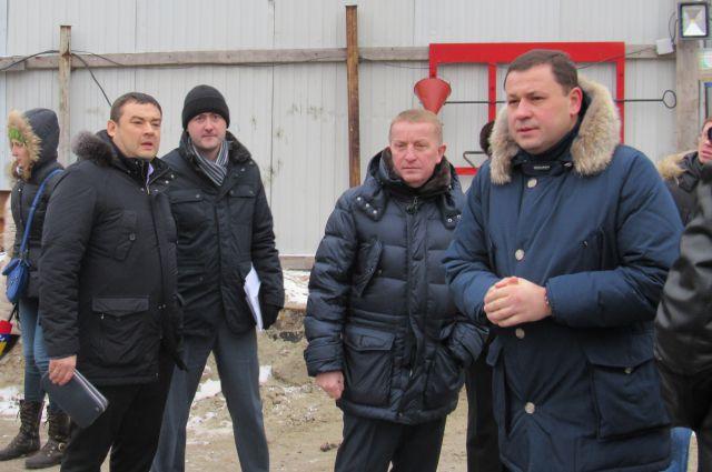 Сергей Горбань (в центре) борется с самозастроем