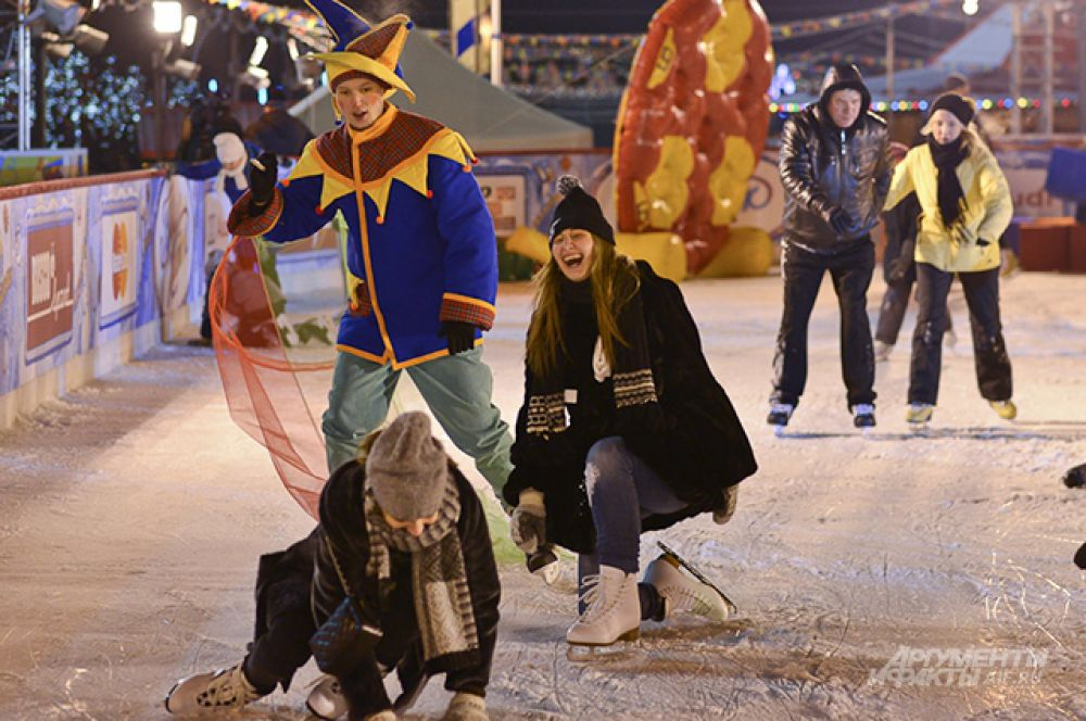 Посетители катка смогут кататься на коньках на главной площади страны в исторических декорациях Кремля, Спасской башни, Собора Василия Блаженного и ГУМа вплоть до 15 марта.