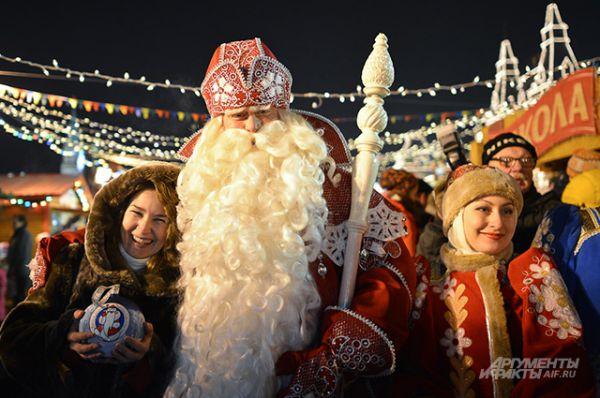 Посетителей приветствовали Дед Мороз и Снегурочка, специально прибывшие на праздник из своей резиденции в Великом Устюге.