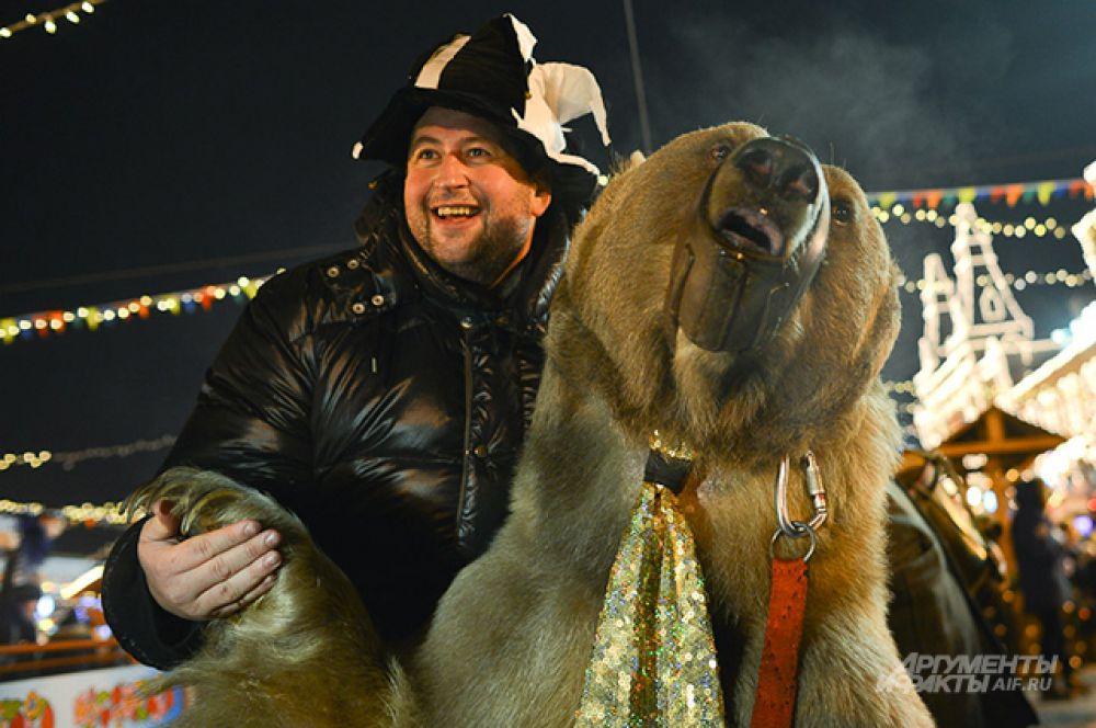Гостей ярмарки встречали веселые клоуны, акробаты на ходулях, скоморохи и даже дрессированный медведь.