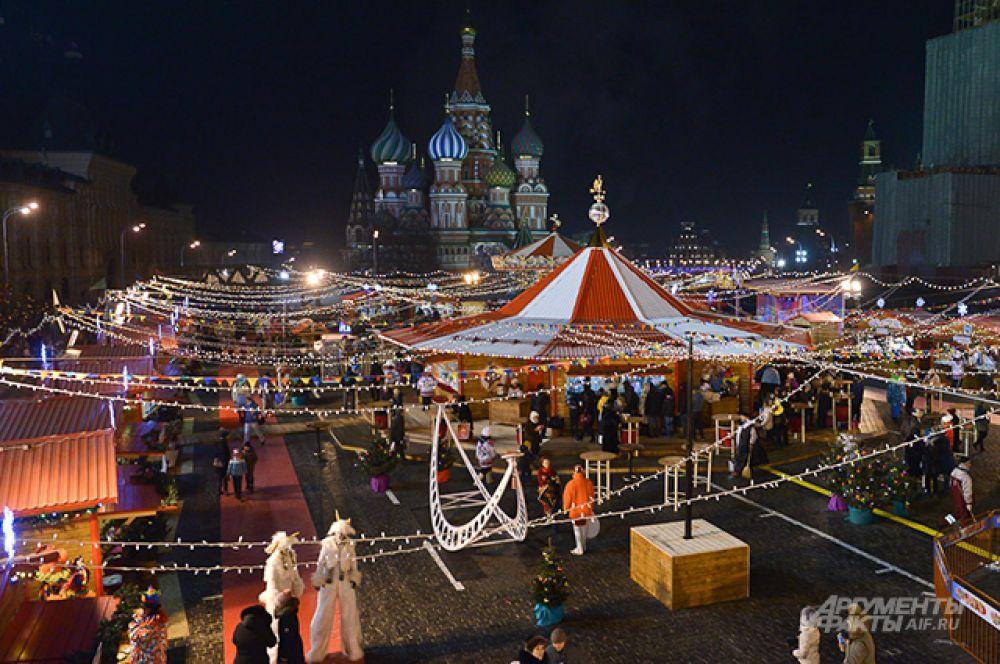 В субботу на Красной площади открылись новогодная ярмарка и традиционный каток.