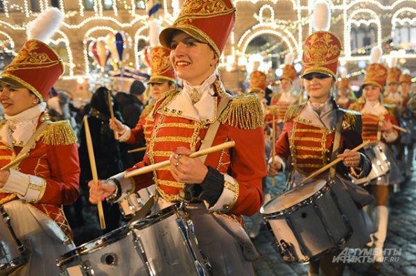 Открытие катка сопровождалось выступлениями оркестра в гусарских нарядах, клоунов, акробатов на коньках и дрессированных тюленей.