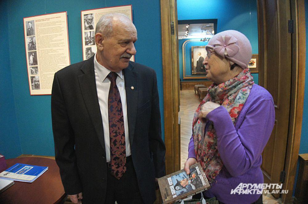 Геннадий Турмов отвечает на вопросы посетителей выставки.