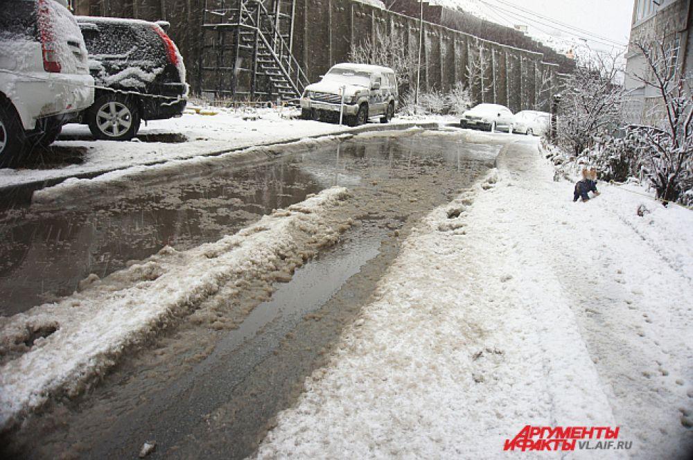 А вот дороги превратились в реки из снежной каши.