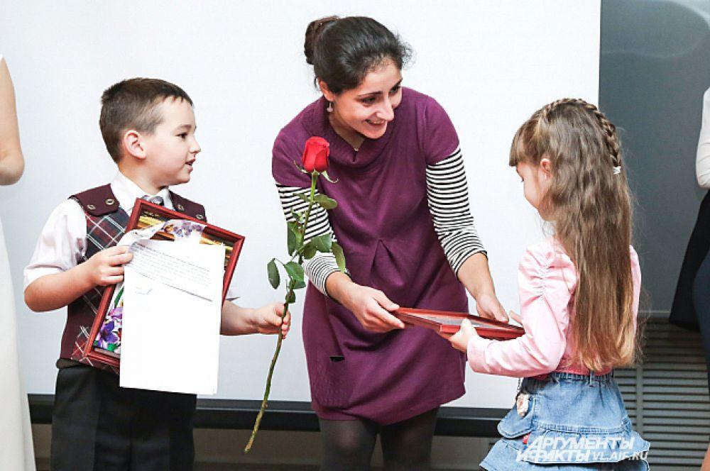 Самая маленькая участница получает свой приз.