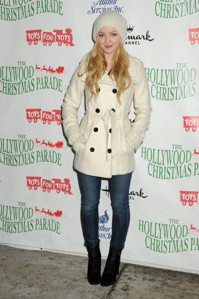 Молодая американская певица и актриса Дав Камерон выбирает молодежный стиль. Трендовое пальто белого цвета с обязательным аксессуаром – поясом, который не даст вам «растолстеть». Джинсы в обтяжку и ботинки со шнуровкой. Этот образ подойдет на каждый день