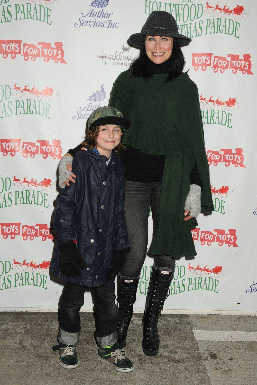 Американская актриса Рена Софер для выхода в свет надела самые обычные вещи: черный свитер-гольф, темные джинсы и высокие ботинки на шнуровке. Шаль темно-зеленого цвета и шляпа (что весьма необычно для зимы) вынесли образ из списка «скучных»
