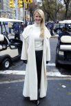 Пальто необычного покроя с роскошным воротником подойдет уверенным в себе женщинам, какой является актриса сериалов Сандра Ли. Черно-белый вариант наряда освежил звезду, которой уже почти 50 лет. Вот это хороший вкус!