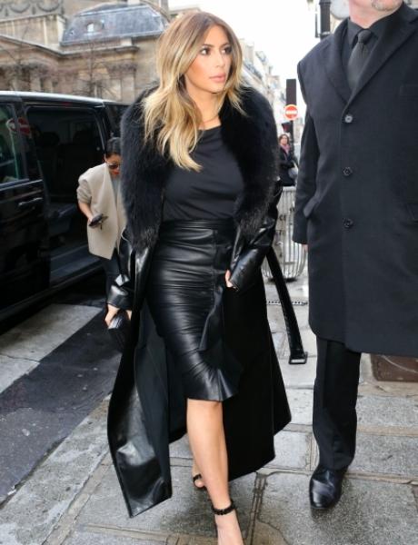 Светская львица Ким Кардашьян в своем репертуаре. Даже в обычные дни она одевается изысканно. На этот раз она предпочла кожаное пальто с натуральным мехом и образ «стильной секретарши». Конечно, по нашим улицам ходить зимой в босоножках холодно, поэтому АиФ.ua рекомендует к подобной одежде выбрать ботильоны или зимние сапоги на каблуке