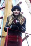 Еще один смелый образ с ярким решением для пальто – у актрисы и певицы Сабрины Карпентер. В такой одежде можно выходить на прогулку, ходить за покупками или выгуливать домашнего любимца. И тепло, и красочно