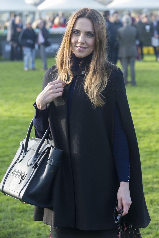 У Мel C из группы Spice Girls в гардеробе обязательно висит модное пальто с вырезами для рук. Учтите, что такой фасон верхней одежды идеально подойдет полным девушкам