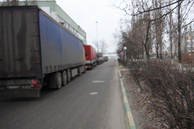 На фото «Зеленого патруля» один из «отстойников» большегрузного транспорта в районе улицы Коновалова