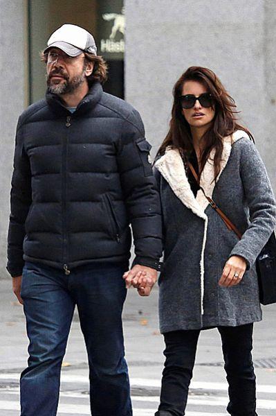 Пенелопа Крус на прогулке в Мадриде появилась в неприметном пальто с подкладкой из овечьей шерсти. В такой верхней одежде зимой точно не будет холодно