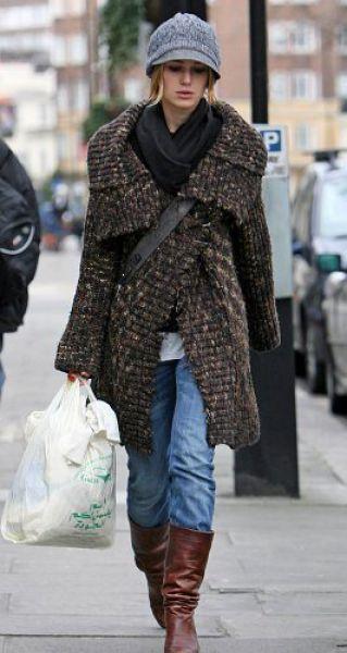 Кира Найтли считает, что лучшей одеждой для первых зимних дней будет связанный кардиган без формы и шапка с козырьком. В такой одежде не рекомендуем ходить на работу, но вполне приемлемо появляться на прогулке или на шоппинге