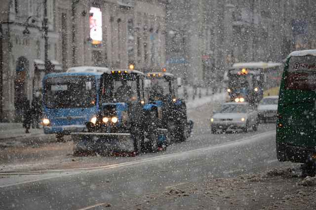 Снегоуборочная техника на улицах Владивостока.