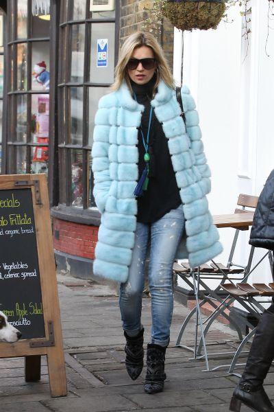Как носить шубу по-королевски (причем интересного «небесного» цвета), научит модель Кейт Мосс. Она смело поэкспериментировала с одеждой, добавив к классике стиль кэжуал