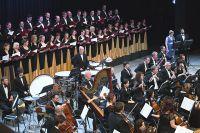 Хор и симфонический оркестр Приморского театра оперы и балета.
