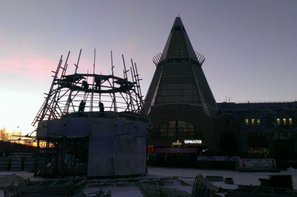 Главная городская елка также почти готова. Скоро начнется строительство ледяных скульптур.