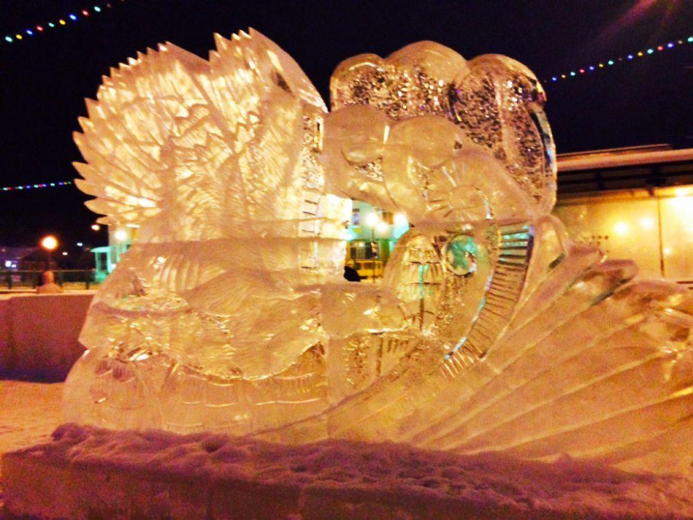 Тонкая работа над фигурами изо льда и снега кипит даже в мороз и даже ночью.