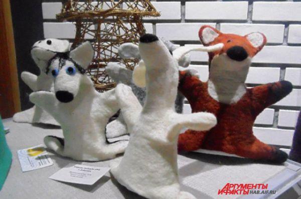 Собаки-хаски оказались в одной компании с лисой. И даже не погрызлись