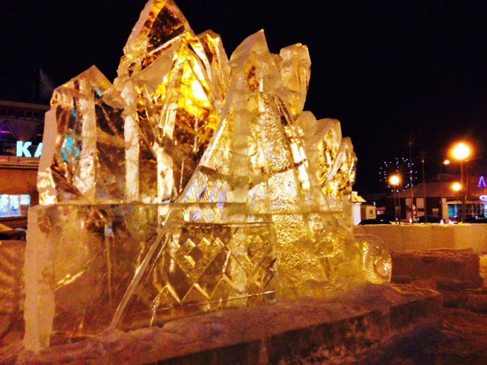 Ледяные кружева сверкают как карамель в лучах фонарей и гирлянд.