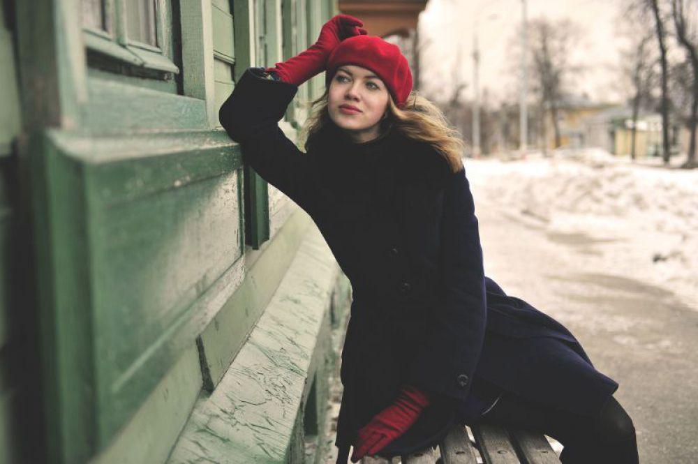Юная симбирянка где-то на фоне родного городского пейзажа