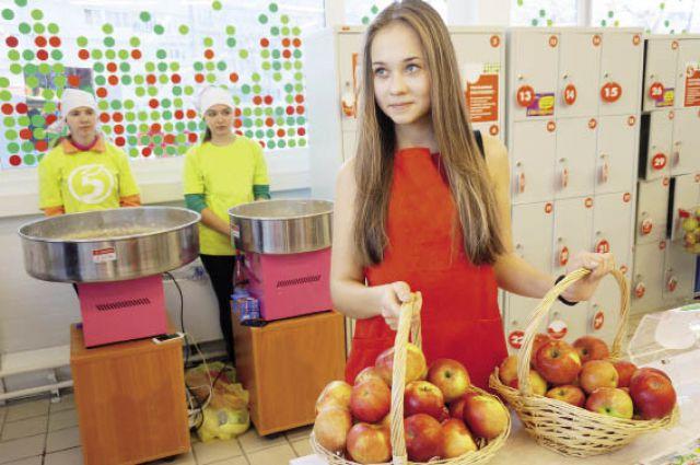 В день открытия каждому покупателю дарили яблоки.