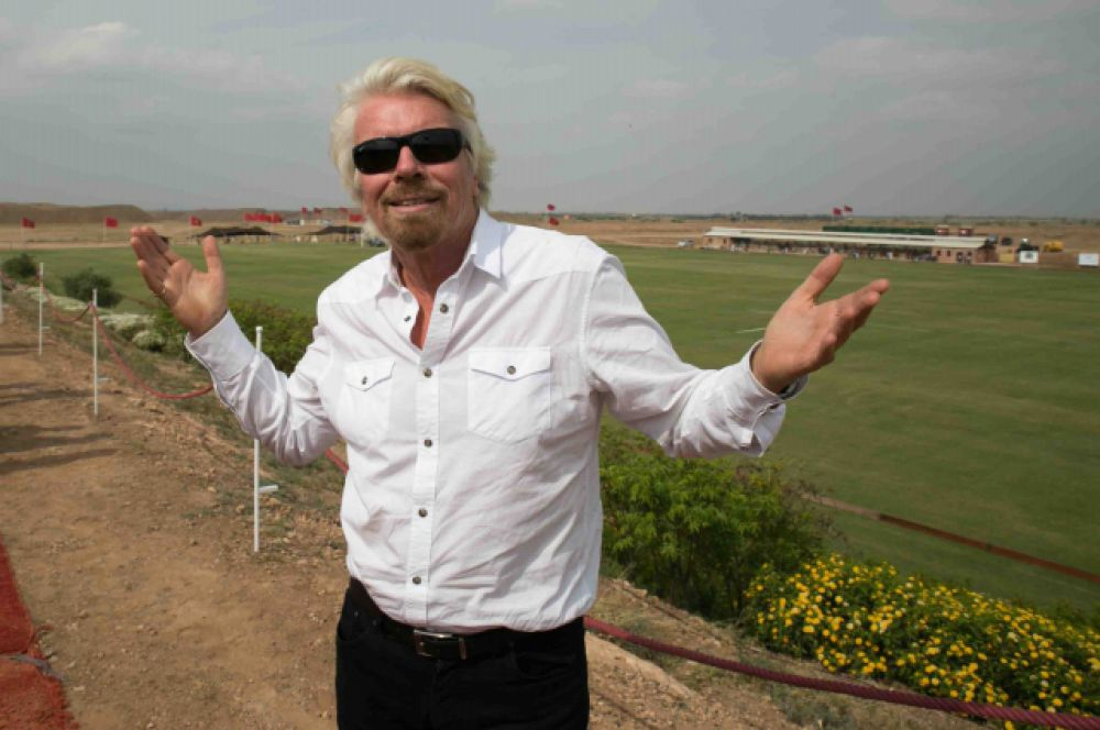 Британский предприниматель Ричард Брэнсон с детства страдал дислексией, чем объяснял свою неуспеваемость в учебе. В 16 лет он оставил школу и создал свой первый бизнес - журнал Student, в котором бесплатно печатались Джон Леннон, Мик Джаггер. Сегодня Брэнсон – один из самых богатых людей Великобритании. Предпринимателю принадлежит корпорация Virgin Group, которую он сам же и основал. Virgin Group включает  в себя около 400 компаний различного профиля: кредитные системы, воздушные перевозки, сотовая связь, музыкальные магазины.