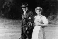 Анна Фрейд с отцом.