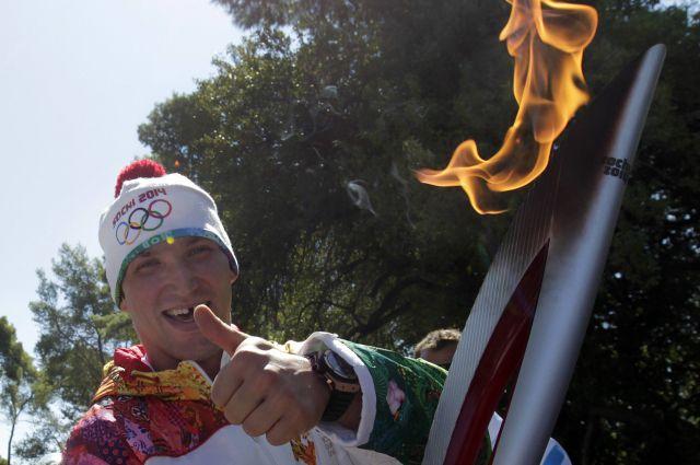 Александр Овечкин с Олимпийским факелом Сочи-2014.