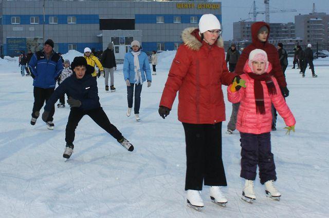 Покататься на коньках омичи смогут на новой открытой площадке на Левом берегу.