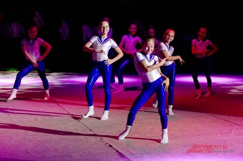 ... и гимнастика почти в чистом виде - были посвящены Всероссийскому дню гимнастики.
