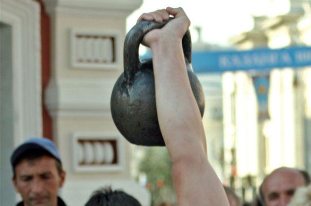 Омич побил мировой рекорд на соревнования по гиревому спорту.
