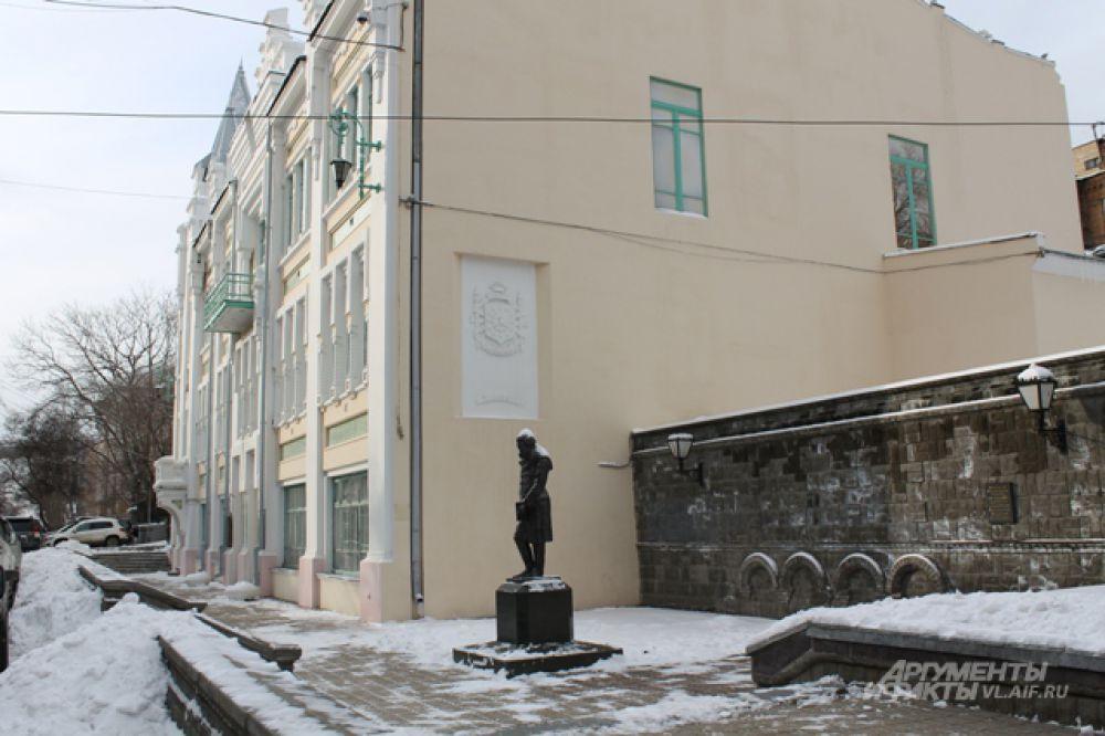 Александр Сергеевич задумчиво стоит около своего театра.