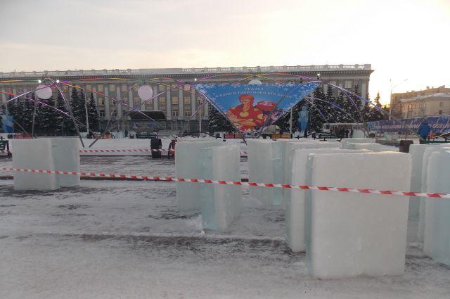 Лед с Красного озера имеет голубоватый оттенок, что позволит оценить новогоднюю подсветку.