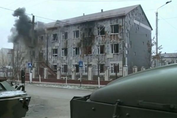 Школа, в которой укрылись боевики, блокирована, ведется обстрел.